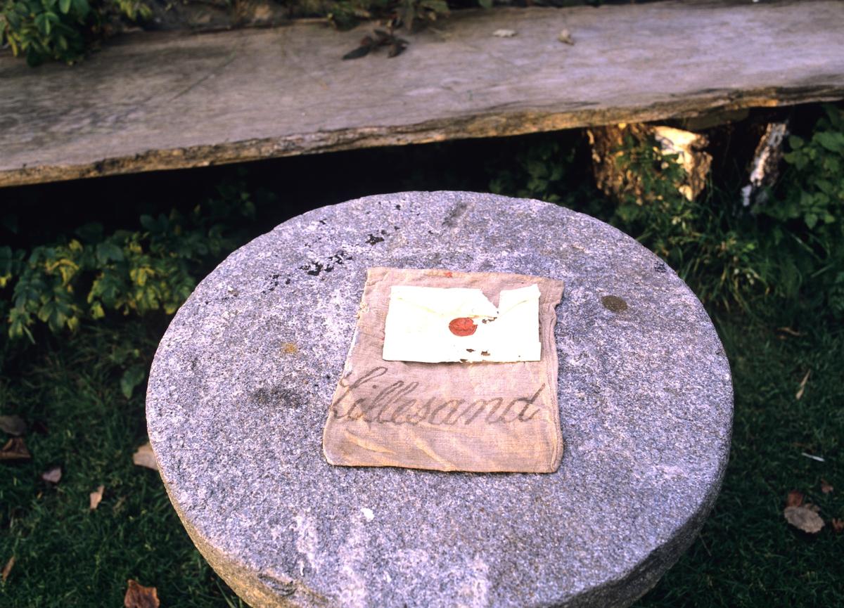 Fergestedet ved Svinesundbroen. Postsekk merket  Lillesand gjemt i en sprekk i panelet, konvolutt med lakksegl, adresse Ålesund,  bekrefter at brevet er fra før 1850 . Illustrasjonsbilde fra Nye Bonytt 1989.
