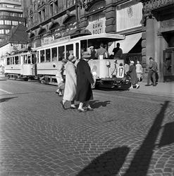 Serie. Trafikkbilde i Oslo sentrum, med fotgjengere, biler o