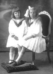 Gruppeportrett av to jenter. Ruth Manskow f. 1906 og Ingebor