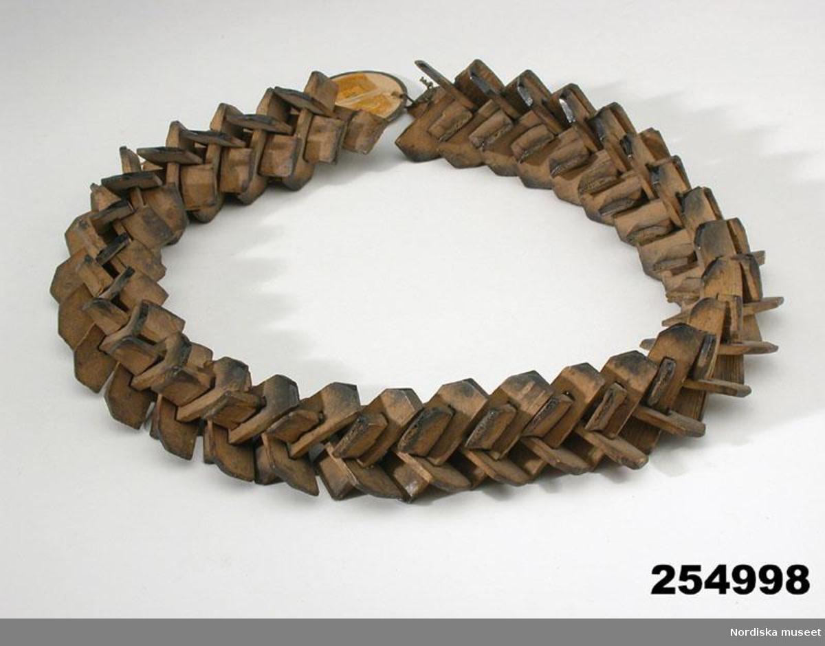 En så kallad jästring, eller jästkrans, ursprungligen använd vid bryggning av öl och maltdrycker. Kransen lades i jäskaret där jästrester fastnade och fick torka in i kransens håligheter. På så vis bevarades en god jäst till nästa bryggning. Kransarna tillverkades av träpinnar eller halm. När husbehovsbryggningen så småningom avtog började kransarna istället användas som underlägg för grytor och pannor och fick en ny benämning.  /Ulrika Torell 2012-08-13