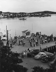 Dans på bryggan i Fjällbacka, Bohuslän.