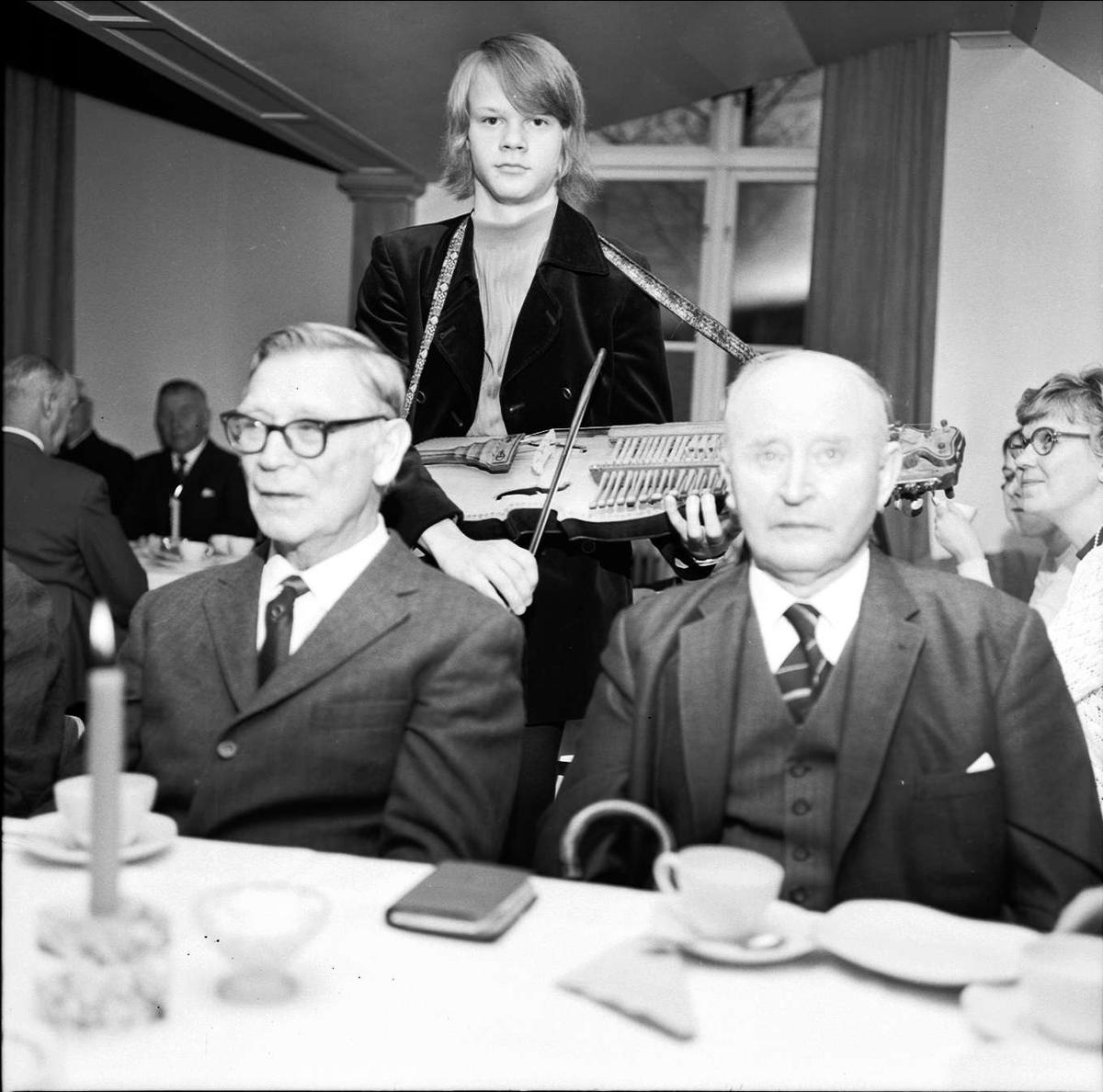 Söderforspensionärer på församlingsträff, Söderfors bruk, Uppland oktober 1972