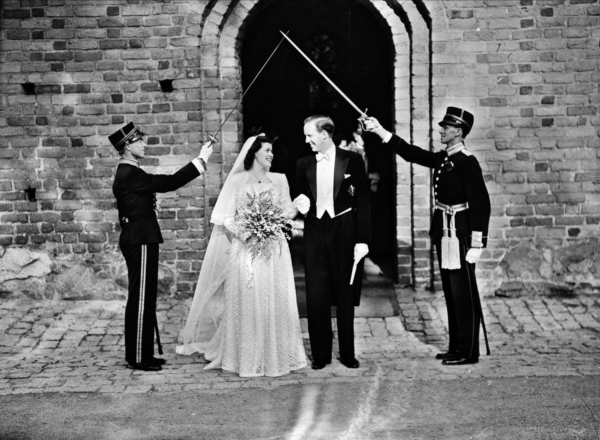 9652b4efa938 Bröllop - brudpar utanför Helga Trefaldighets kyrka, Uppsala 1947 ...