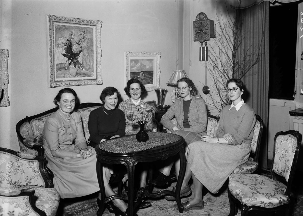 Grupporträtt - kvinnor i hemmiljö, Uppsala eller Västerås 1952