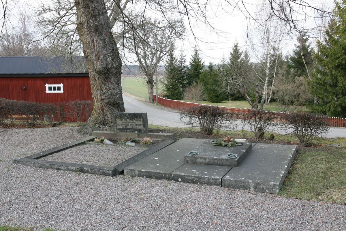 Grusgravar på kyrkogården vid Härnevi kyrka, Härnevi socken, Uppland 2008