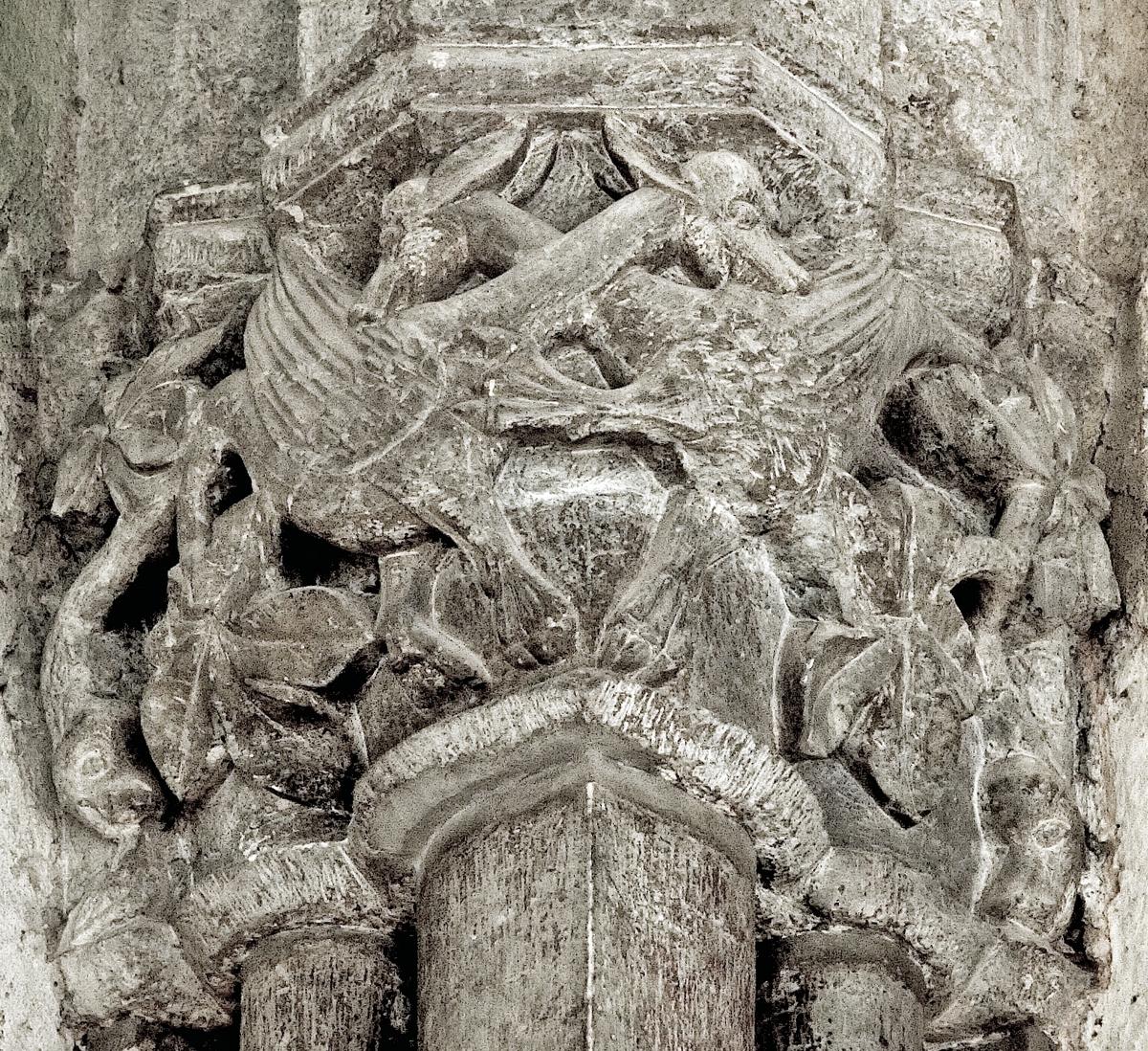 De Geerska koret. Kapitäl i sydväst. Tvekamp mellan långhalsade blandväsen med fågelvingar, Uppsala domkyrka, Uppsala 2006