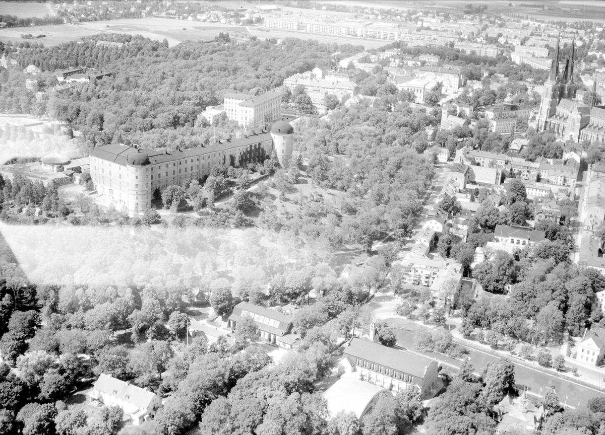Flygfoto över Uppsala med Uppsala slott och Svandammen i förgrunden, 1947