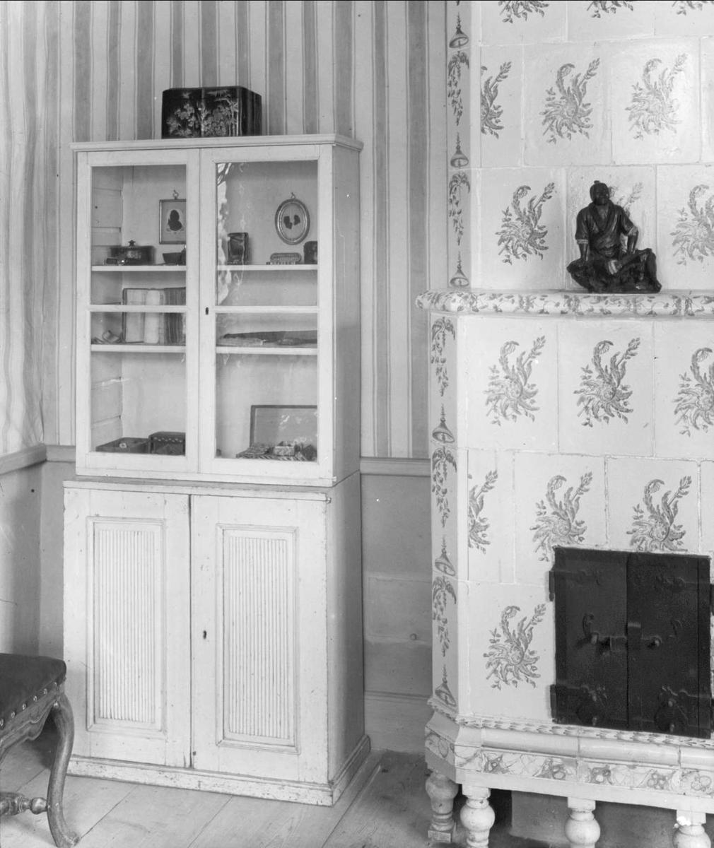 Interiör från Linnémuseet, skåp och kakelugn