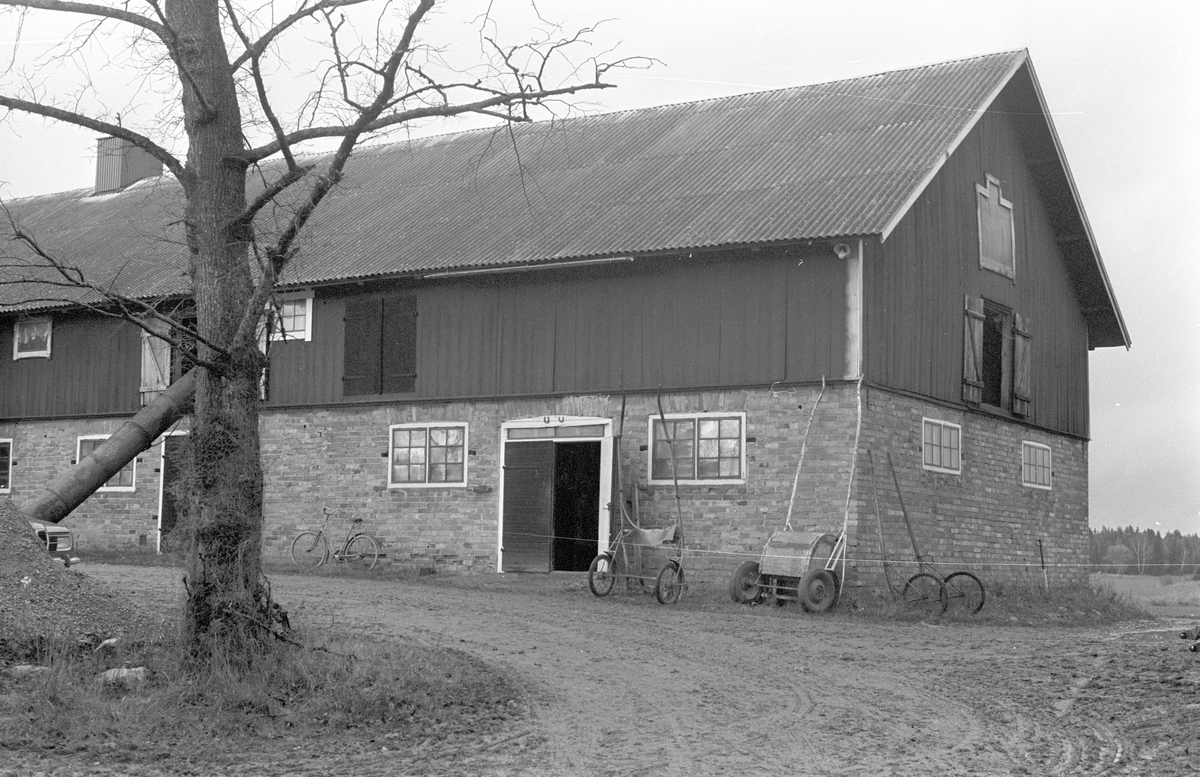 Ladugård, Hacksta 1:1, Dalby socken, Uppland 1984