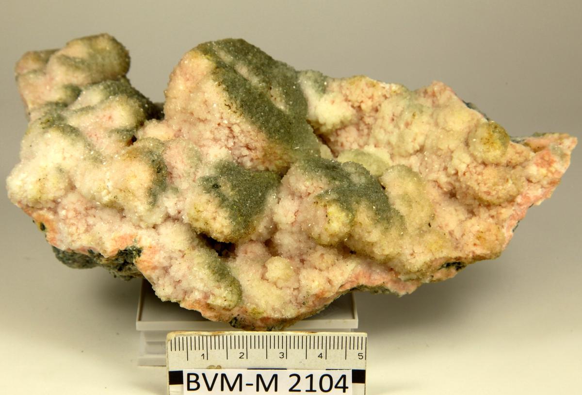 Albitt på kalsittkrystaller, perimorfose, goethitt-pseudomorfer. Ravneberget.