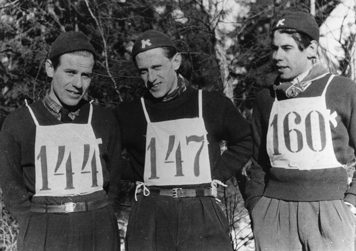 Tre Kongsberg-hoppere under NM i Tistedal 1947: Vidar Lindbo Hansen, Petter Hugsted, Ernst Knudsen. Three KIF-skiers in the National Championship in 1947: Vidar Lindbo Hansen, Petter Hugsted, Ernst Knudsen.
