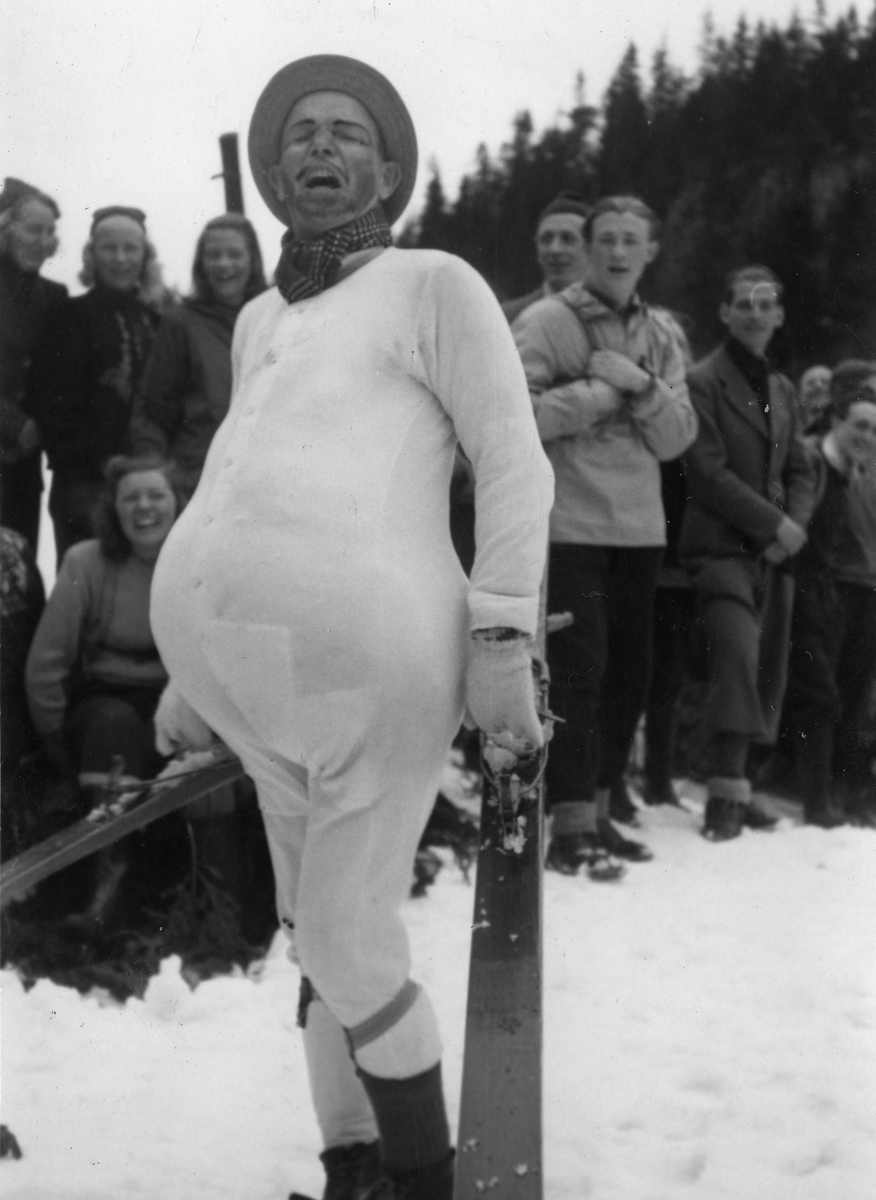 Sigmund Ruud under sørperenn på Kongsberg. KIF-skier Sigmund Ruud at fancy-dress ball at Kongsberg.