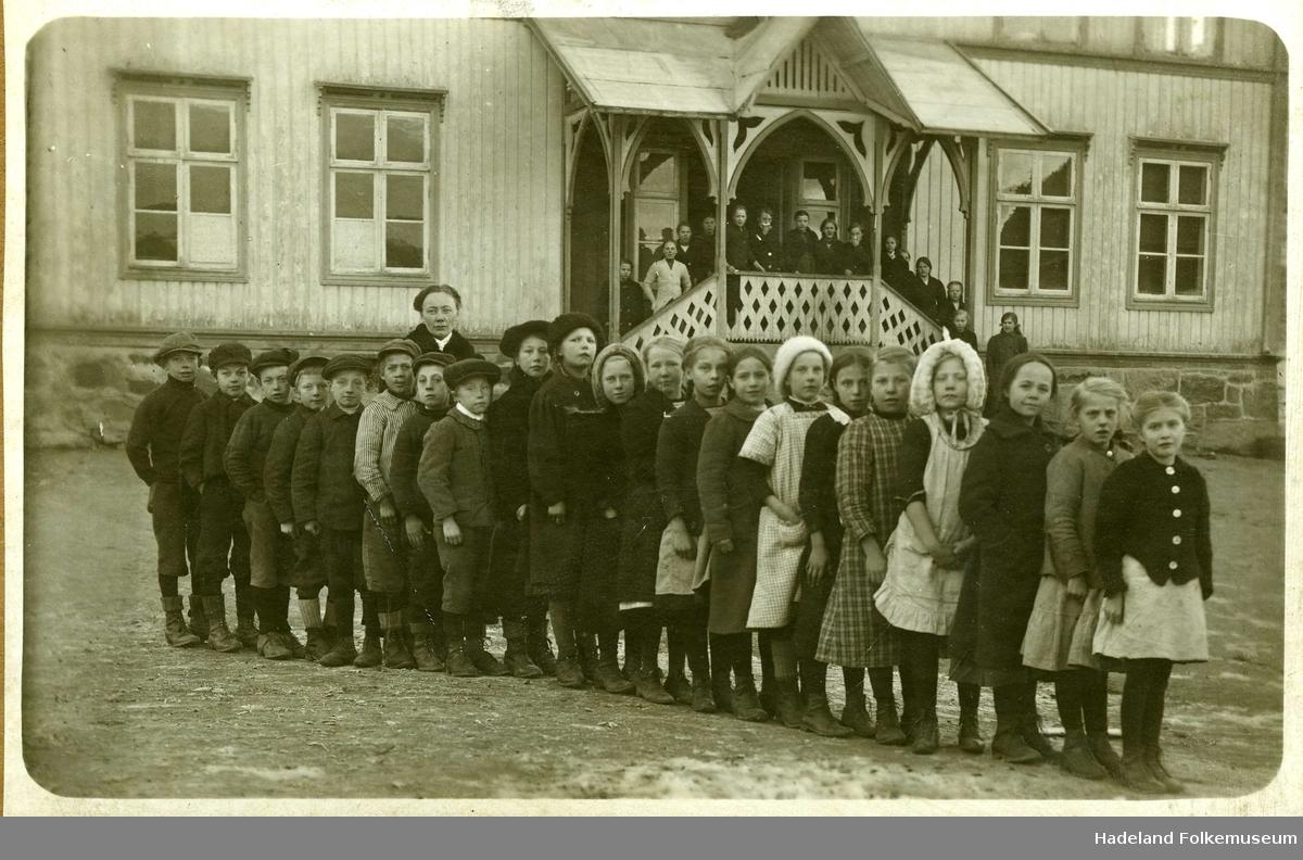 Skoleelever i 3. klasse oppstilt på rekke foran Lundby skole med lærer Martha Ruden.
