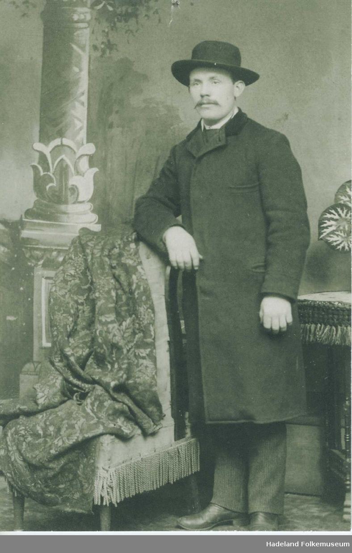 Portrett av Hans Pedersen Løkka med frakk og hatt