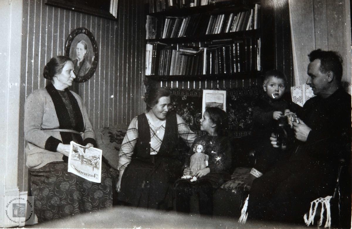 Interiør fra stua til Rachel og Alfred Thommassen, Ågedalstrand i Bjelland senere Audnedal.