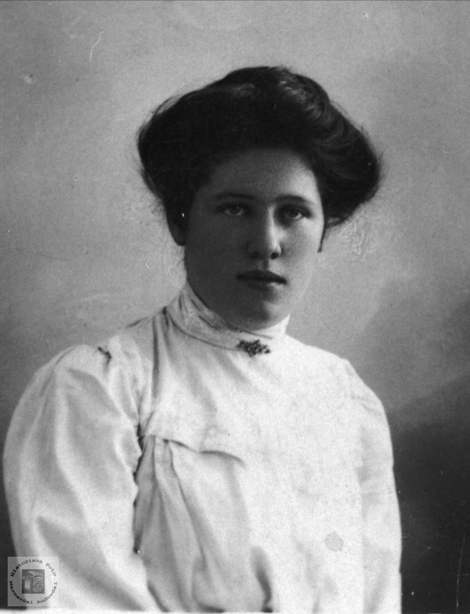 Portrett av Kari Breilid gift Skjeggestad, Bjelland.