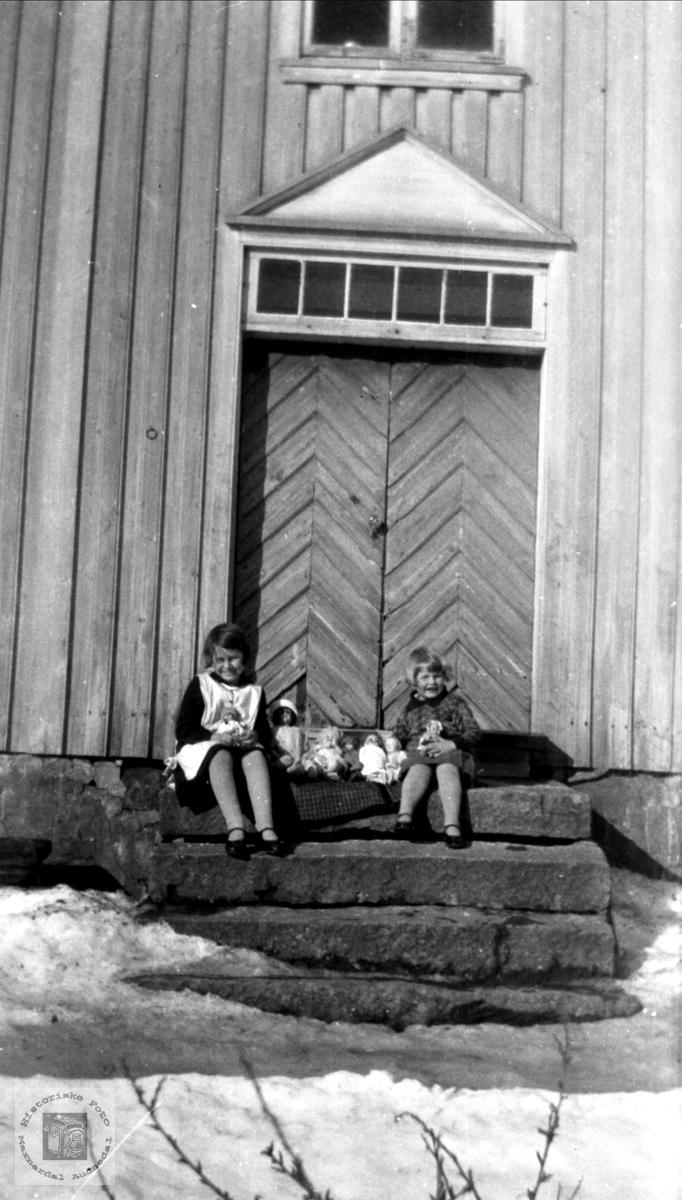 "Portrett av Gudny og Ruth Sundet på trappa ""Der heima"" Sundet, Bjelland."