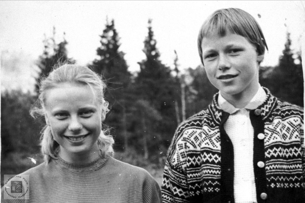 Portrett av Vigdis Bergan og Gjertrud Trygsland, Bjelland.