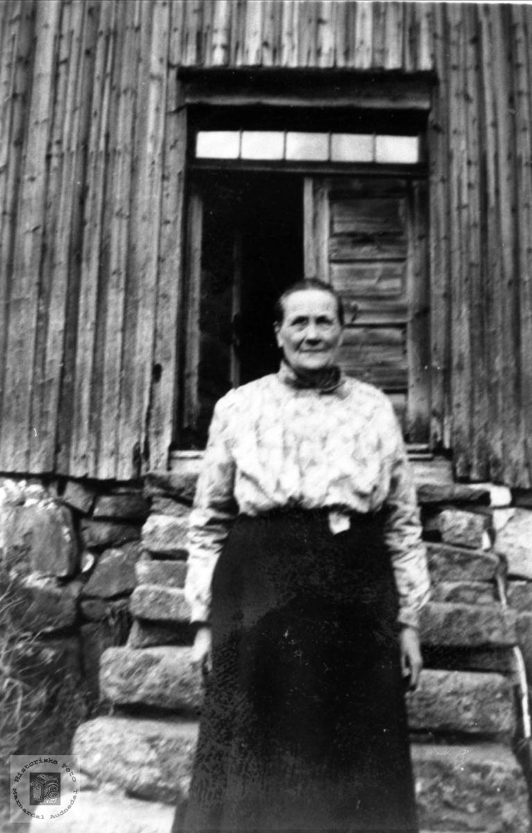 "Familiens ""overhode"" i mange år, Anna Røynesdal, Bjelland."