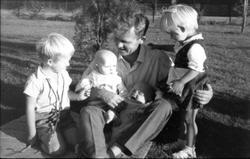 Familiebilde Abelset i Bjelland, far og barn.