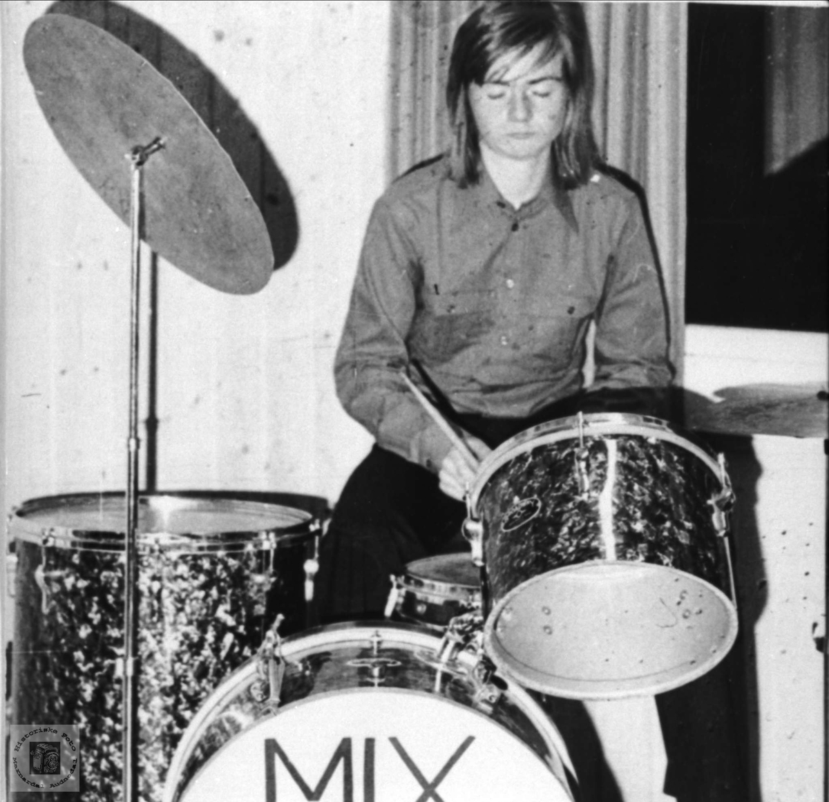 Portrett av musiker Oddvar Fjellestad, Laudal på trommer.