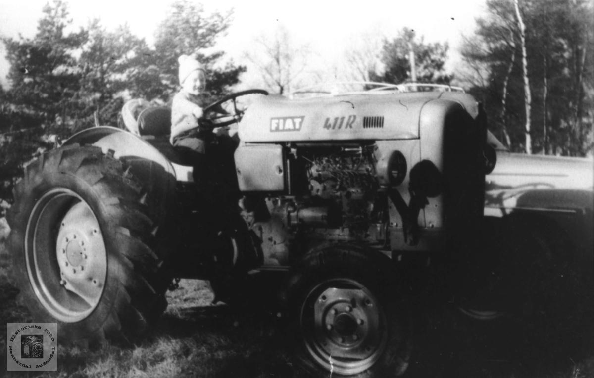 Kåre Haugland på traktor, Laudal.