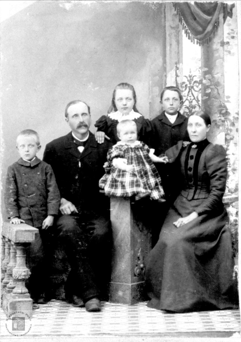 Portrett av familien Eikeland fra Holum.