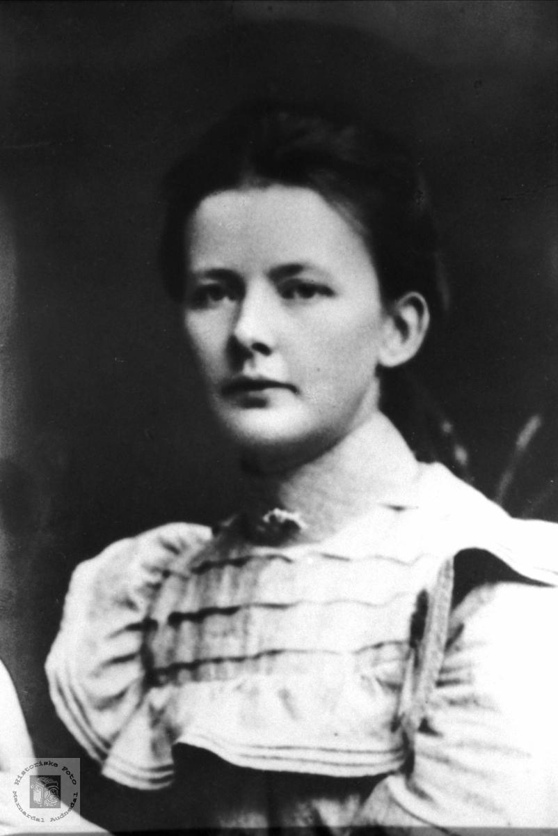 Portrett av Gunnhild Lindtveit, Eide med røtter tilknytning Laudal.