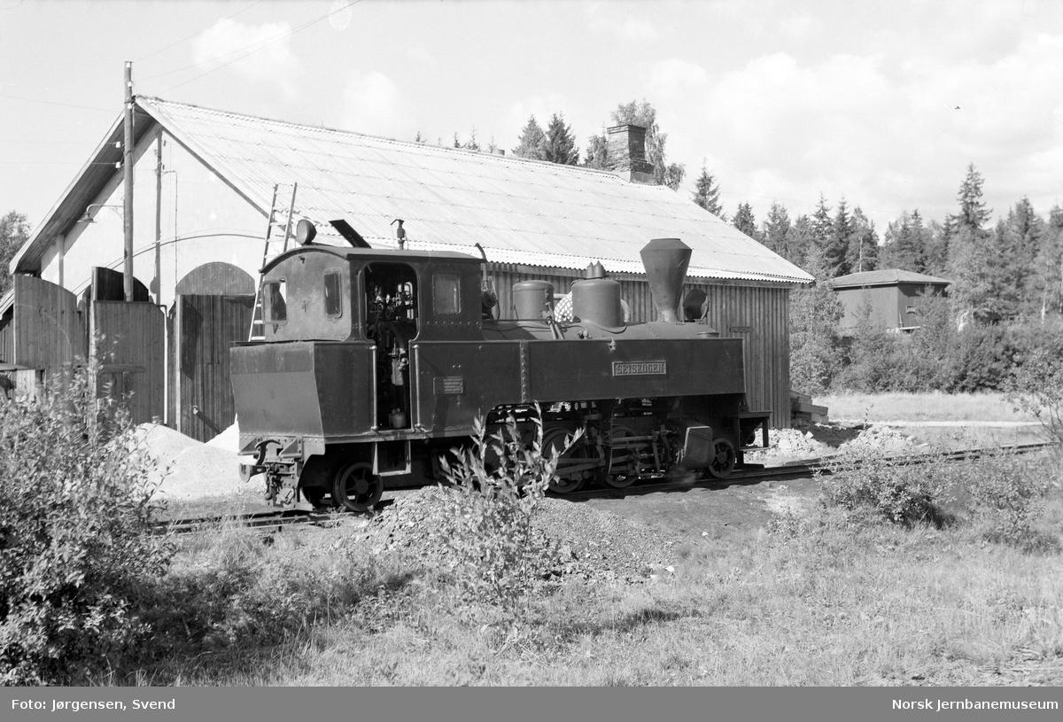 """Damplokomotiv nr. 4 """"Setskogen"""" tar vann på Skulerud stasjon"""