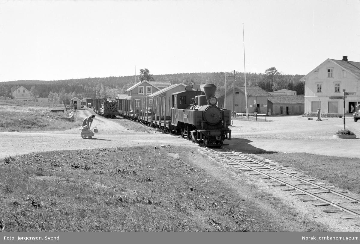 """Damplokomotiv nr. 4 """"Setskogen"""" med tog på Løken stasjon"""