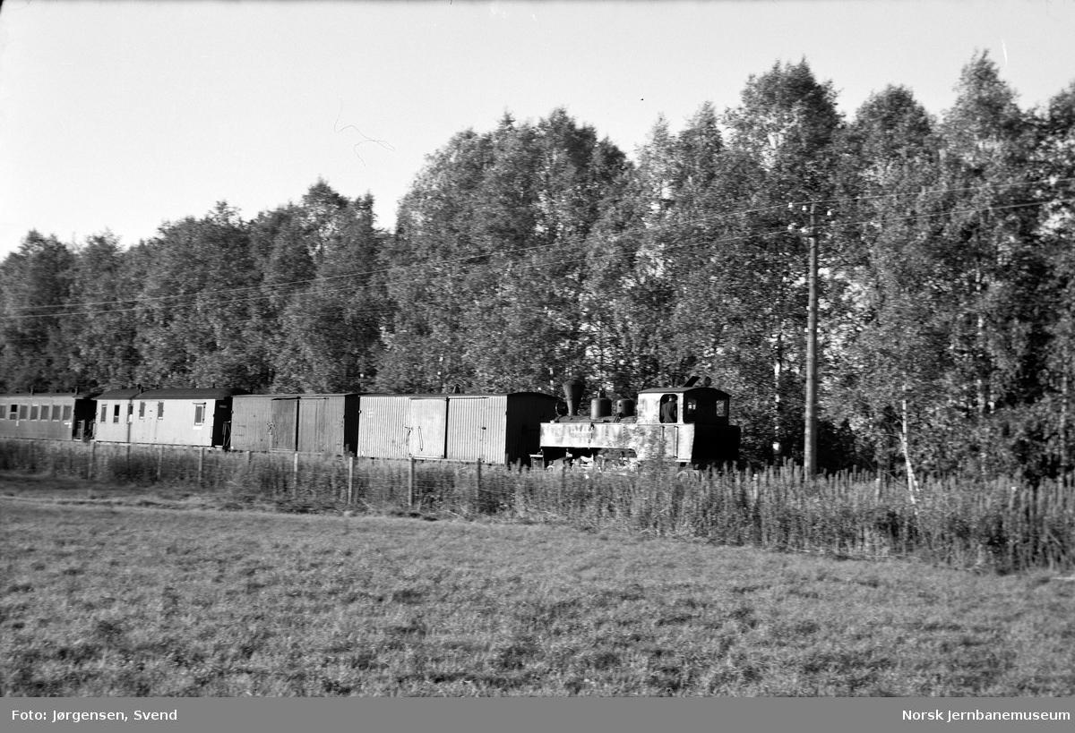 """Damplokomotiv nr. 4 """"Setskogen"""" med kveldstoget Sørumsand-Bjørkelangen mellom Lierfoss og Bjørkelangen"""