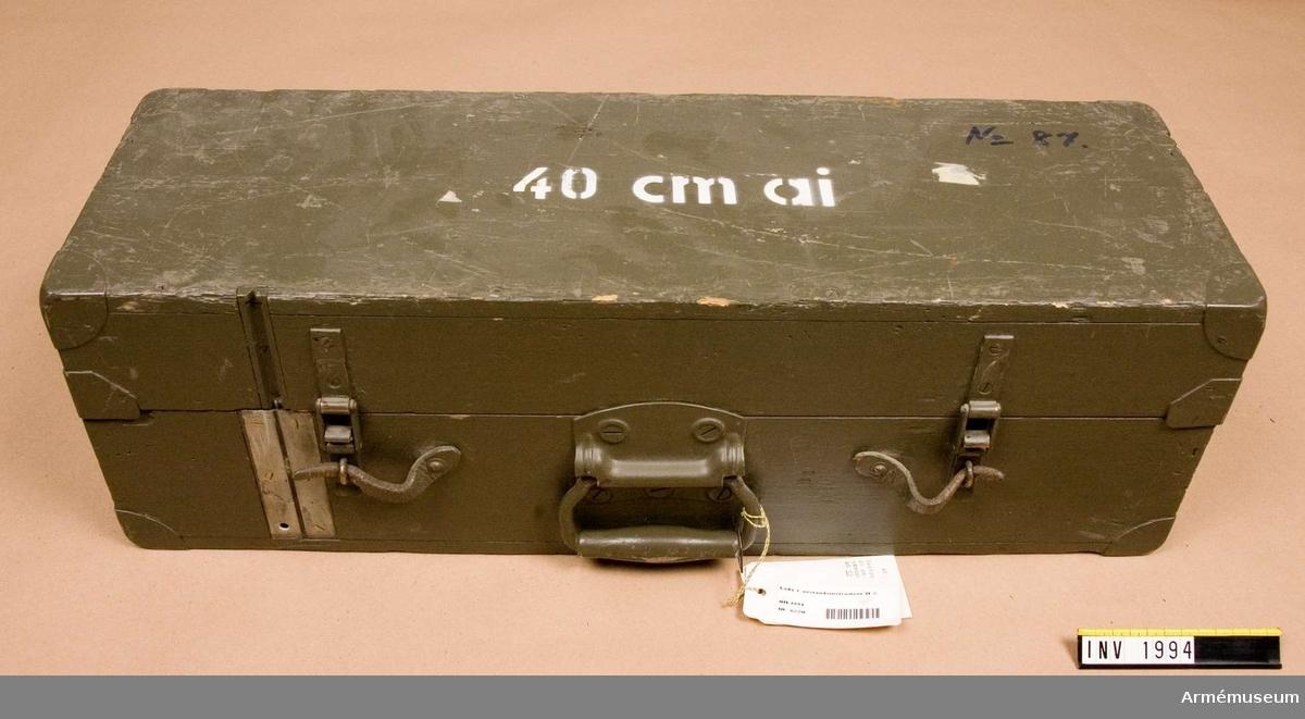 Samhörande nr är 1993-1994.Låda t avståndsinstrument M 2.Består av: 1 instrumentlåda, 1 justerlinjal, 1 färgglas, gult, 1 sämskskinn, 1 dammpensel, 1 tygpåse, 1 justernyckel.