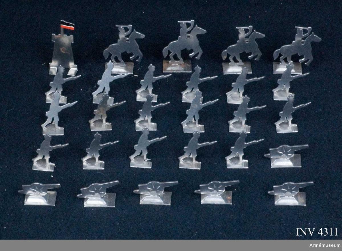 Ask med 30 stycken soldater och pjäser för tyska armén för perioden innan 1930. Figurerna är tillverkade av stål och ligger i en grå pappask, typ tändsticksask med tryckt påskrift.  Ryttarnas höjd är 35 mm. Askens mått: 90 x 25 x 65 mm.
