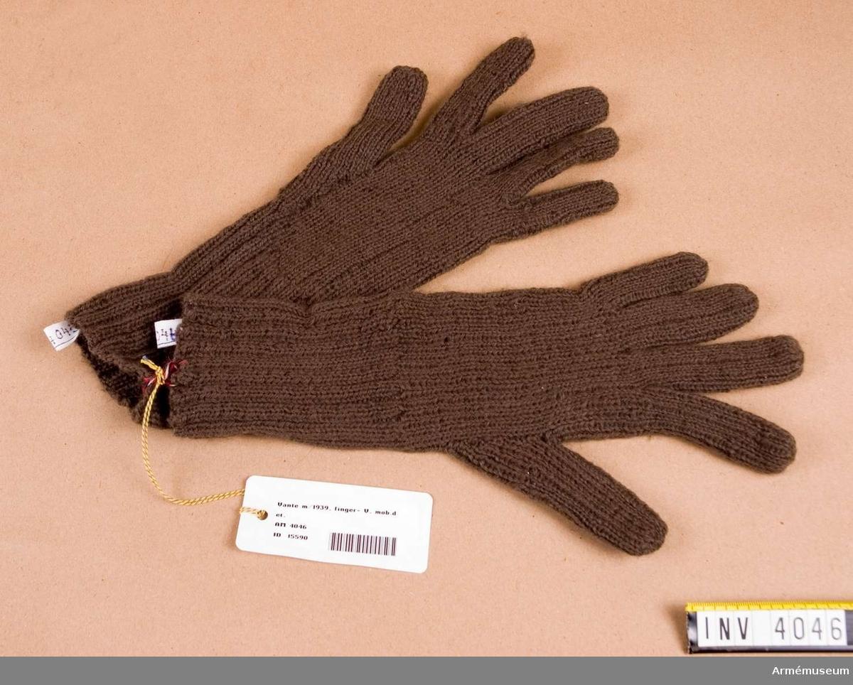 Vante m/1939, V.Av gråbrungrönt yllegarn och stickad med alla fingrar fria.  Har tillhört rustmästare O Skoogs mobutrustning på AM.
