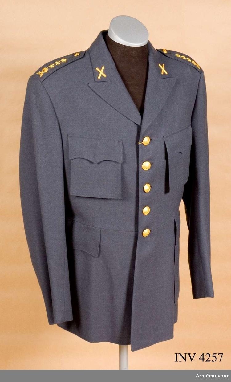 """Vapenrock m/ny, kapten. Förslag vid 1958 års uniformsutredning. Av mörkgrå panamadiagonal, baratea. Enradigt knäppt m fem stora  uniformsknappar. Slag av tvåradig typ. Utan livsöm.  Bröst-/sidfickor är löstagbara. Fasonerade ficklock med tryckknappar under vilka fickpåsarna knäpps. Fasta axelklaffar,  knäppta m små uniformsknappar. Helt liv-/ärmfodrad m mörkblått  konstsiden. Graderad f kapten vid Generalstab. Knapp m/1952  stor/liten mattförgylld f Gst. På kragen truppslags- /  personalkårstecken m/1952 f Gst. På var axelklaff liten stjärna  m/1952 och beteckning m/1952 f arméledning. Märkt """"Rappson"""" på  foder vid H innerficka på vävd etikett. Endast detta provplagg tillverkades.Arméns uniformsutredning 1958 hade att utreda förslag till dels sällskapsdräkt f armén, dels behovet av en """"vardags-/ permissionsuniform"""". Sällskapsdräkten avskrevs. Ny fältuniform m/1958 kommiss hade fastställts, en uniform som endast var lämplig som fältuniform. Det som eftersöktes var en uniform som skulle kunna utnyttjas som daglig dräkt, högtidsdräkt m m. Utredningen föreslog i sitt betänkande den 19/2 1958 enhälligt en stålgrå uniform. Sex provmodeller tillv. i olika grå nyanser och i två tygkvaliteter; dels den sedan länge brukade kamgarnsdiagonalen av 100 % ull, dels en lättare/smidigare väv, panamadiagonal, s k baratea av 100 % ull. Den senar blev fastställd. Provplaggen benämndes uniform m/ny. Chefen f armén beslöt förbereda införandet av en ny uniform i princip utformad som m/ny. Tygfärg fastställdes enl Go 250 1959-02-05 och uniformen fastställdes definitivt 1960-18-02, benämnd m/1960, se AM 4260. Armén hade nu fått en uniform som kunde brukas som daglig dräkt, högtidsdräkt, vaktdräkt och musikdräkt."""