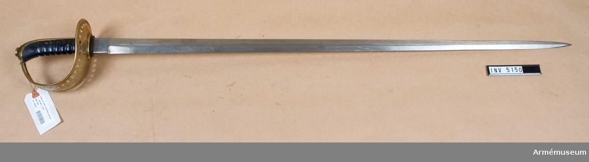 Hel längd 1998 mm, klingans längd 947 mm, klingans bredd vid fästet 34 mm, vikt 1150 g. Klingan märkt HK GM och en krona. E. Svalling Eskilstuna  3R. K6 No 105).   Fästet av mässing. Läderklädd kavel vilken har åtta refflor och nedtill omgives av ett 10 mm brett mässingsbeslag. Kaveln har ryggbeslag, vilket upptill övergår i en låg kappa, som upptill har en låg nitknapp kring tångänden.  Parerplåtens och handbygelns kanter äro på utsidan förstärkta och upphöjda. Längs dessa kanter går på vardera sidan från parerplåtens bakre kant till ungefär på handbygelns övre krök en rad på 37 hål. Ovanför det översta hålparet sitter ett ensamt hål. I handbygelns övre del litet framför kappan finnes ett avlångt hål för handremmen.   Klingan tvåeggad, med en blodrand.