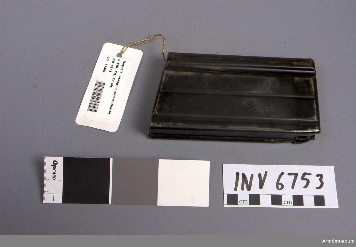 Samhörande nr är AM 6752-6753.Magasin, stång- t automatkarbin FAL FN. 20 sk.Stångmagasin 20-skotts till automatkarbin, försöksmodell, Fal, konstruktör FN, C1 A1, fm/1963 FN. Märkt C4.Samhörande AM 6752 automatkarbin och AM 6753 stångmagasin 20-skotts.