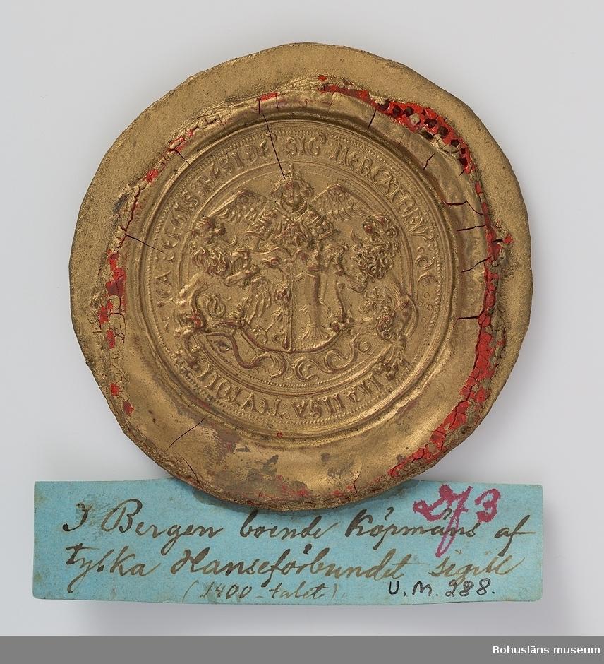 Ur handskrivna katalogen 1957-1958: Sigillavtryck Diam c:a 8.  I Bergen boende köpmän av tyska hansaförbundets sigill. Helt men med små sprickor.  Lappkatalog: X
