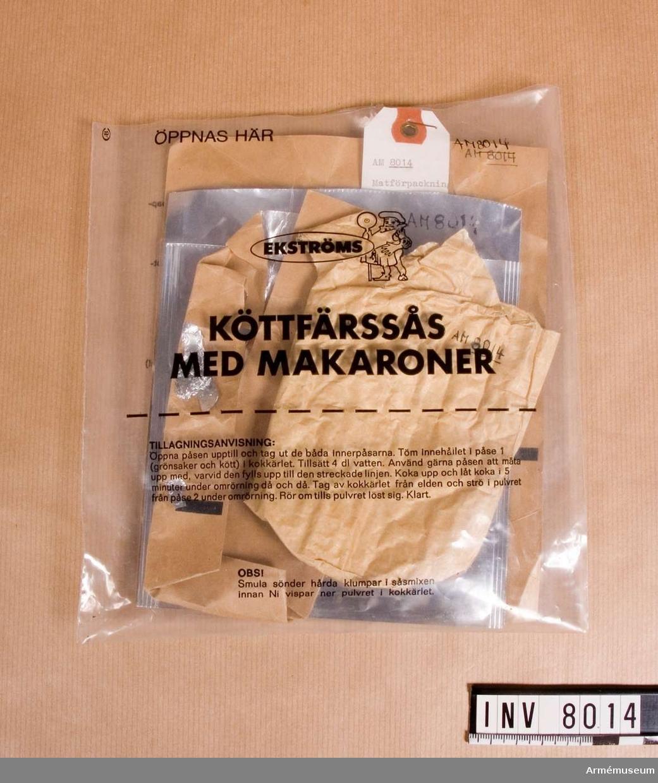 Bredd 190 mm. Höjd 205 mm. Färg brunt. Vikt 25 g. Tillverkare  Ekströms livsmedelsprodukter AB, Örebro. Använt av Bo Michaelsson 21-23 maj 1983. Föreningen Natur och samhälle i Norden köper dessa matförpackningar från FMV och säljer vidare till medlemmarna.  Föreningen studerar nordisk natur och kultur. Föreningen brukar få köpa mat som skall bytas i förråden varje år. Köttfärssås med makaroner, Ekströms. 801 Chokladkaka 60 g nov 1979 Nordchoklad AB, 2 stycken. Köttfärssås såsmix 2.  Köttfärssås kött och grönsaker 1.