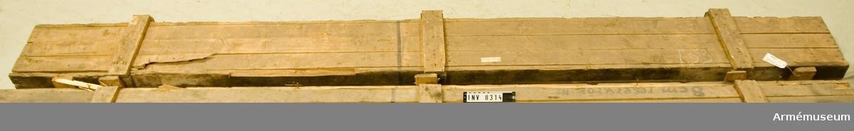Tillverkningsnr 3. Kaliber 80 mm. Förvaras i en trälåda.