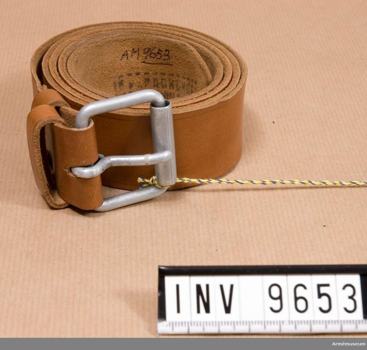 Samhörande nr är 9495-9499 + 8319-8324 + 9651-9658. Livrem infanteriet, soldat Röda armén 1943.Av ljust läder med matt stålspänne.  Märkt på avigsidan med ryska bokstäver och 1967.1986-09-03
