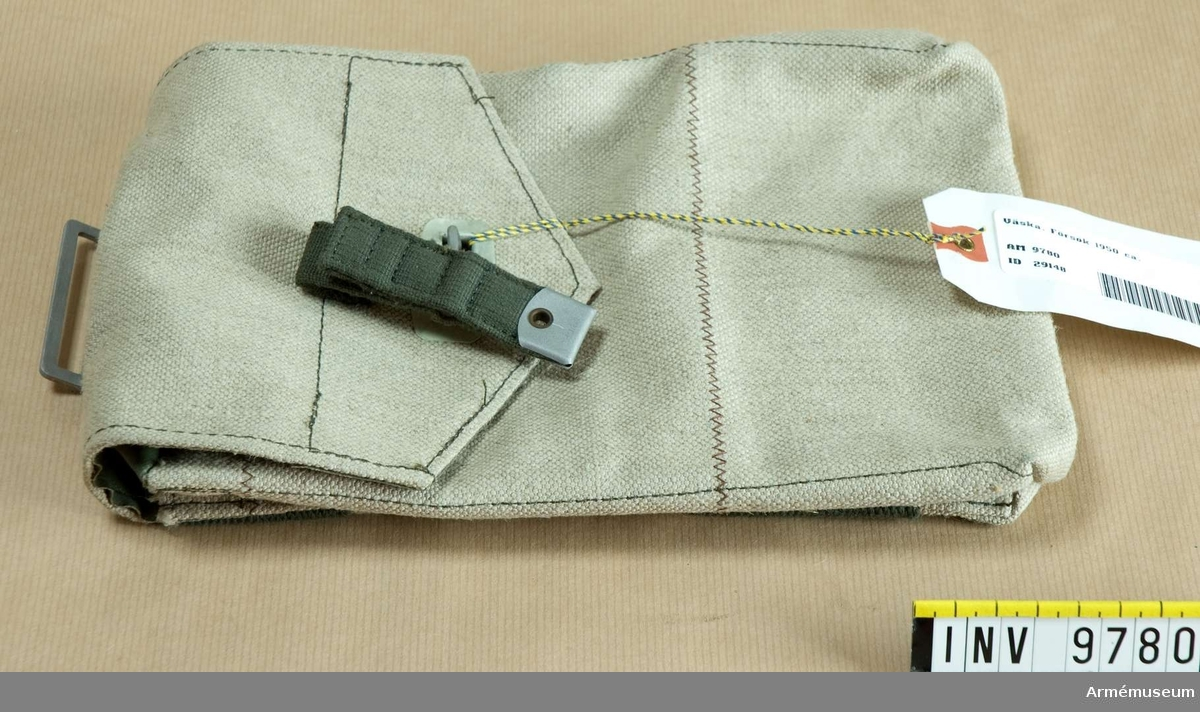 Väska försök 1950 ca. Av naturfärgad presenningsväv, obehandlad. Locket är fodrat med grön galon. Rem av bomullscordband. Tillv ca 1950.