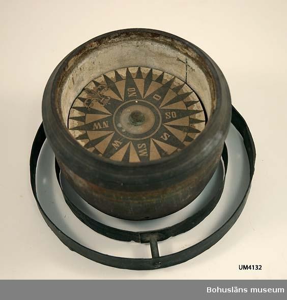 Ur handskrivna katalogen 1957-1958: Kompass Mynningsdiam: 13 H: 11 Kompassnål saknas. Föremålet i delar. Trä och metall.  Lappkatalog: 46