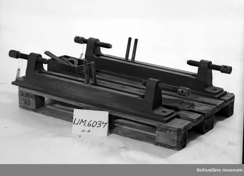 Ur handskrivna katalogen 1957-1958: Bädd för generatorn i två delar, av järn L.: 115,5 cm (a o b vardera) I varje del två bultar, som passar till hål i generatorns fot, samt två spännskruvar. Ngt rostig i botten.  Lappkatalog: 44