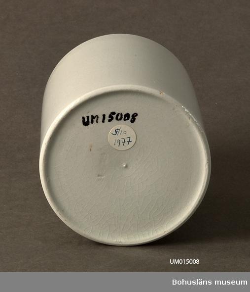 Mugg, vitglaserad, krakelerad. Godstjocklek 11 mm. Inpressat i godset: GRANIT eller GRANITE (troligtvis).  Enligt uppgift från givaren kommer mjölkmuggen från Kasens skola.
