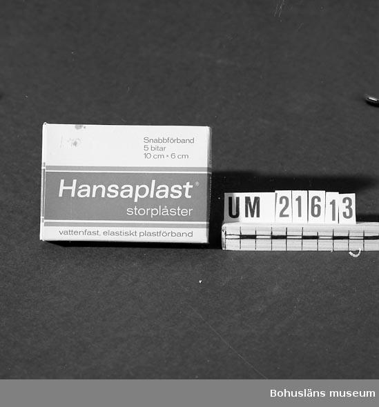 """Innehåller Hansaplast Storplåster. Med följande text: """"Snabbförband 5 bitar 10cmx 6cm. vattenfast, elastiskt plastförband. Pris.1.70"""".  UMFF 36:12"""