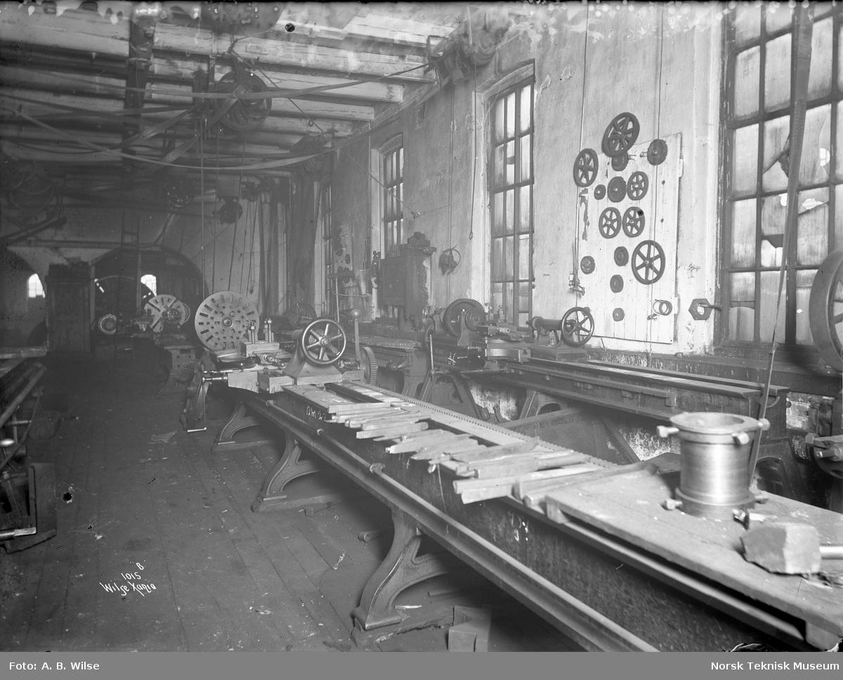 Dreiebenker på Thunes Mekaniske Verksted på Skøyen i Oslo. Bilde merket med 1015 B Wilse Xania.