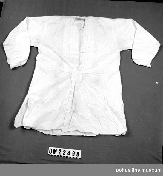 410 Mått/Vikt ÄL 52 CM Skjortan saknar krage och knappar.  Gustaf Johansson. F. 8/8 1898, d. 8/6 1927,  pastor i Stenungsund.  UMFF 115:5