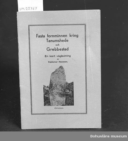 """´´Fasta fornminnen kring Tanumshede och Grebbestad av Valdemar Hansson"""". Se UM22759 Neg. UM138:4 För upplysningar om ägarna, Gunnar och Greta Karlsson, se UM018527. Gåvan omfattar UM022759 - UM022779."""