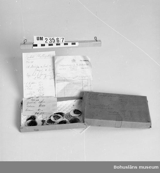 471 Tillverkningstid 1900-1950 594 Landskap BOHUSLÄN  Innehåller kalkeringar av medaljer, en faktura, två anteckningslappar.